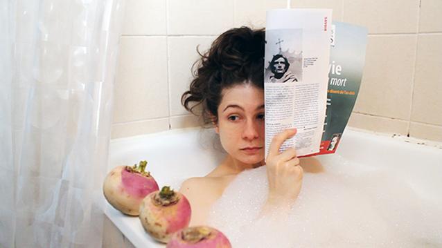 Solange prend un bain