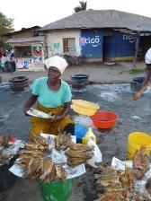 Femmes vendant du poisson frit grâce au biogaz