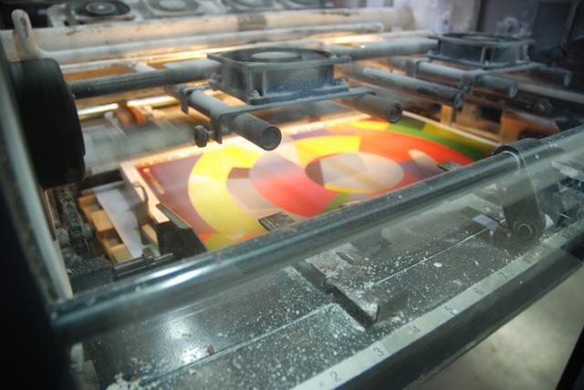 Vue depuis la vitre de la presse, chez l'imprimeur.