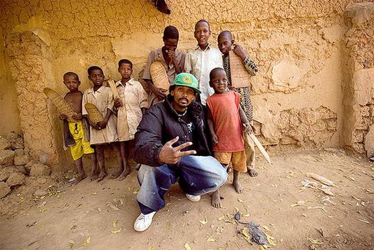Chanteur des Black Daps posant avec des enfants de Niamey