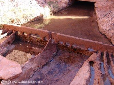 """L&squot;eau des Foggaras arrive avant répartition dans les jardins (la répartition d&squot;eau en """"peigne"""" est appelée kesria)."""